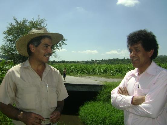 A la izquierda: Benjamín A la derecha Tomás, quien ha sembrado el trigo que estamos comiendo.
