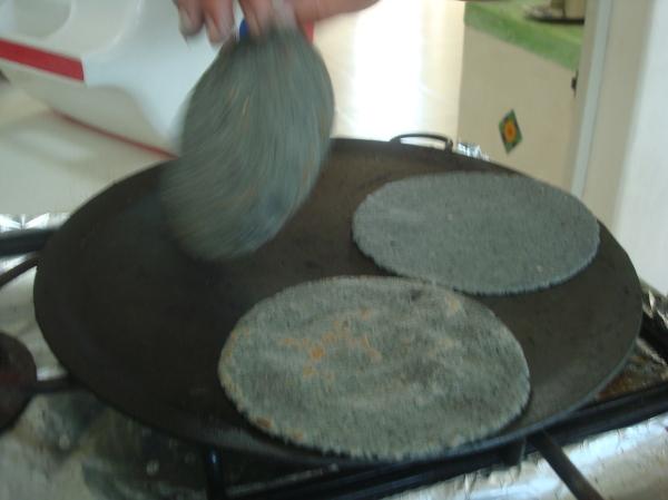 Elaborando tortillas de maíz azul1